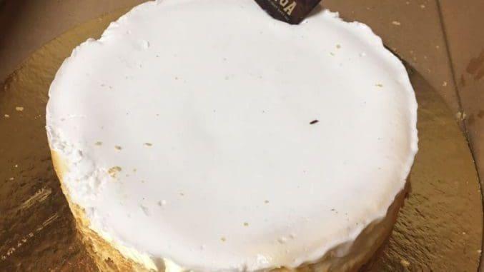 מיישרים את דפנות העוגה ויוצקים את הציפוי על העוגה