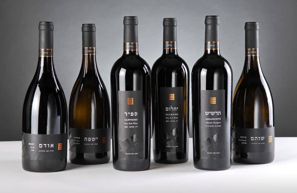 הארוחה מוגשת בליווי כוס יין מסדרת אבני החושן