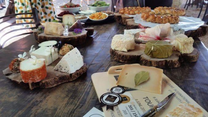 פלטה מפוארת של גבינות הבית, המוגשת במסעדה מול נוף גלילי נאה, עם מבחר מזטים, יין ומאפים משובחים הנאפים במקום
