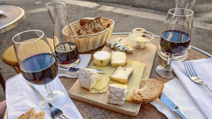 יינות וגבינות חיים בהרמוניה נפלאה, היות והמלח בגבינה מעצים את טעמו של האלכוהול, והמליחות של הגבינות מתאזנת על ידי מתקתקות היין