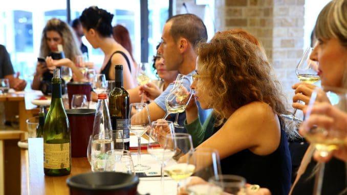 סדנה קולינרית של יינות וטעימת גבינות בחדר היין של גליליון