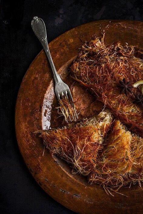 מפוררים את אטריות הקדאיף לחוטים, ומערבבים עם החמאה המומסת