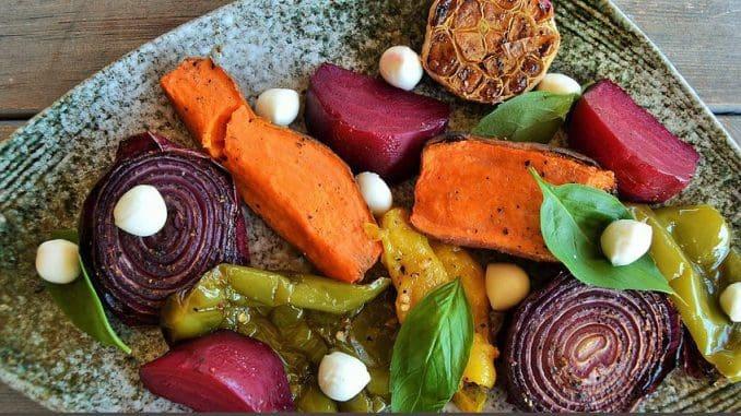 אנטיפסטי שהוגש חמים – ירקות קלויים בתנור אבן בליווי גבינת בייבי מוצרלה