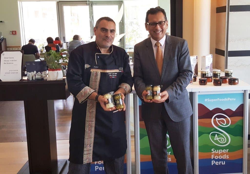 """הקונסול מריו ורגס - מנכ""""ל לשכת המסחר של פרו בישראל, ושף פדרו לואיס גואימט מקדמים מוצרי מזון על מפרו"""