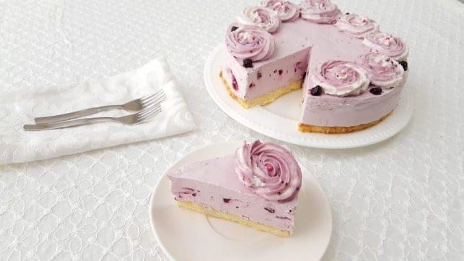 מלית האוכמניות מעניקה לעוגה צבע סגלגל יפה, והעוגה מבטיחה שתקצרו מחמאות