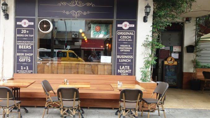 בחזית הפאב-מסעדה יש מקומות ישיבה הפונים לרחוב אלנבי ובצדו ה'ביר גארדן' (גינת הבירה)