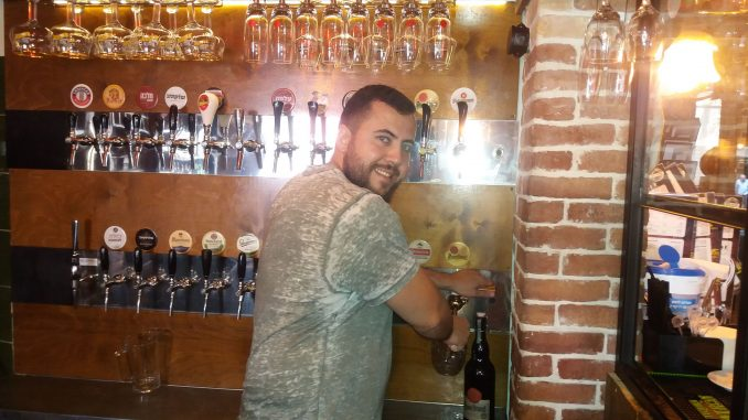 פליקס שייב מנהל סניף תל-אביב של פראג הקטנה מוזג בירה בפאב