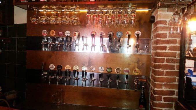 עשרות ברזים של סוגי בירה שונים מצ'כיה, גרמניה ואוסטריה, בריטניה ואירלנד, בלגיה, וכמובן גם מישראל
