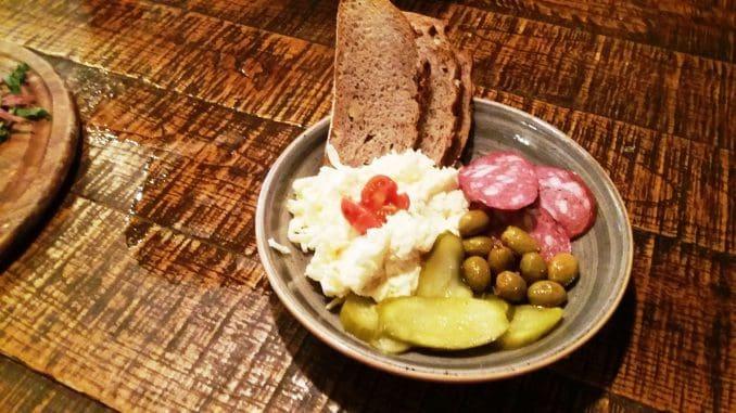 ממרח צ'כי - תערובת גבינה, שום ומיונז, הוגש עם סלמי לבן, לחם וחמוצים