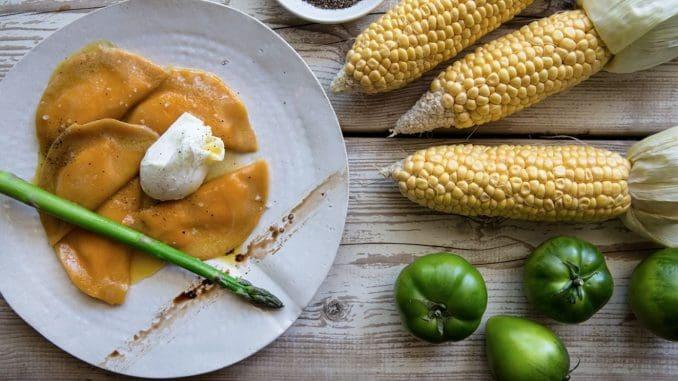 מבשלים את התירס לריכוך מלא ולצמצום השמנת ביחד עם הסוכר