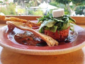 טרטר העגבניות הקצוצות מזכיר במראה שלו טרטר בשר, בעוד הטעמים שונים