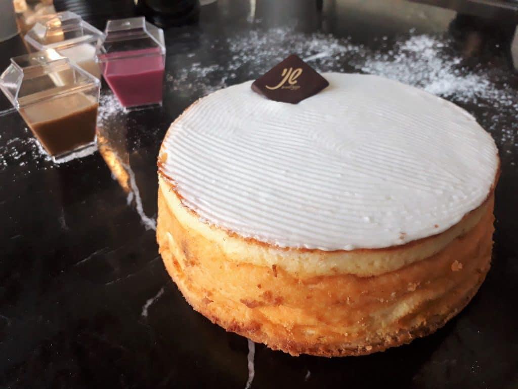 מארז הכולל עוגת גבינה אפויה עם תוספות למזיגה עצמית - קפוצ'ינו, ווניל הדרים, וקרמבל