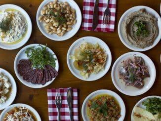 התפריט בנוי ממנות קטנות של מאכלים משוק לוינסקי, מאזטים, מאזטים יותר גדולים ומנות גדולות, כלומר עיקריות