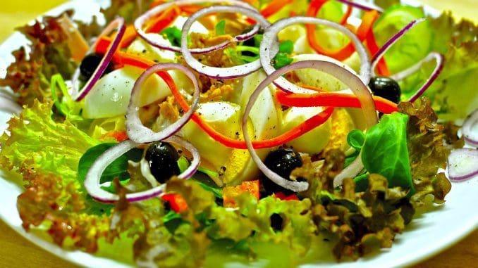 בקיץ קל יותר לאכול סלטי ירקות חיים וקרים, המקנים נפח דל קלוריות לארוחה