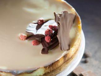 אם מעדיפים עוגה פחות מתוקה, אפשר לוותר על הגנאש ולפזר פירורי עוגיות לוטוס על מלית הגבינה לאחר האפייה