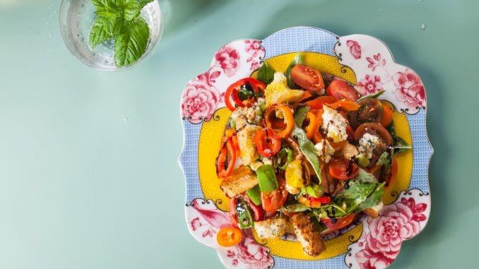 שוברים את הברוסקטות לפיסות גדולות, ומערבבים בקערה עם כל הירקות, גבינה ועשבי תיבול