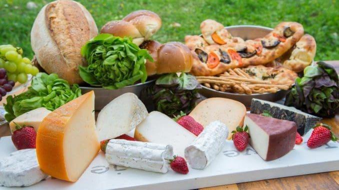 מגוון גבינות המחלבה מחלב בקר, כבשים ועזים, לחמים, חלות ומאפים טריים ועוגות
