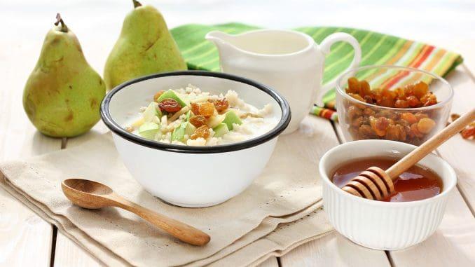 מגישים בתוספת צימוקים, שקדים וקוביות תפוחים או אגסים, ומוסיפים חלב לפי הטעם