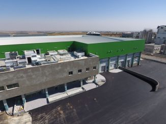 """שטחו הכולל של המפעל כ-7,500 מ""""ר, ויש בו בית קירור ענק, המחולק למספר רב של חדרי קירור ואולמות"""