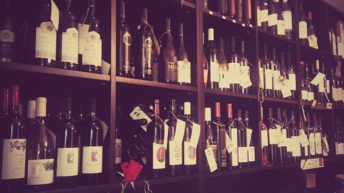 טל מתמחה בשיווק יינות מיקבי בוטיק קטנים מרחבי הארץ