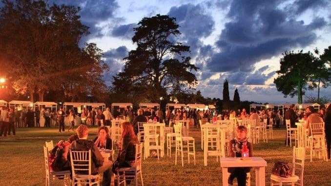 הפסטיבל יתקיים בתוך גנים פורחים ומול נוף השקיעה