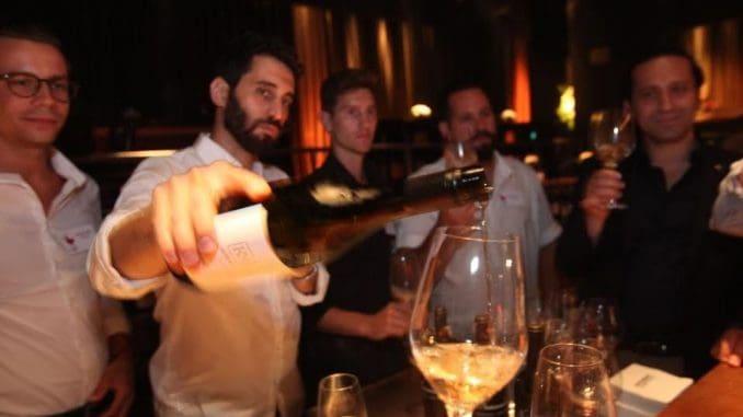 בר יין ובו חמישה מלצרי יין מהשורה הראשונה בארץ