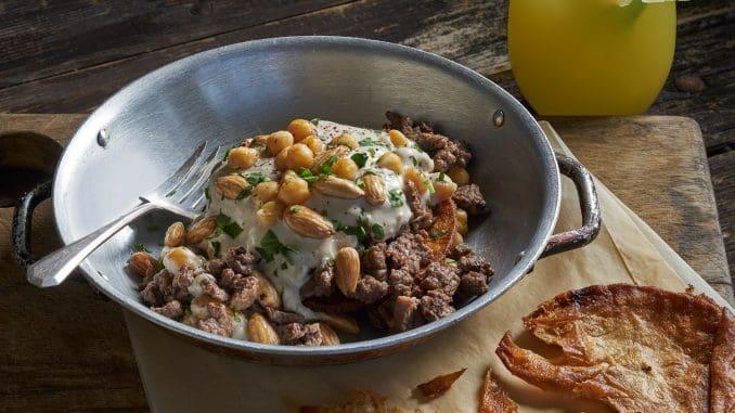 פת'יה - בשר כבש עם טחינה-יוגורט על מצע לחם קלוי ושקדים