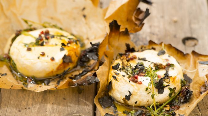 מוציאים מהתנור, פותחים את נייר האפייה ויוצקים מעל את הדבש והאגוזים