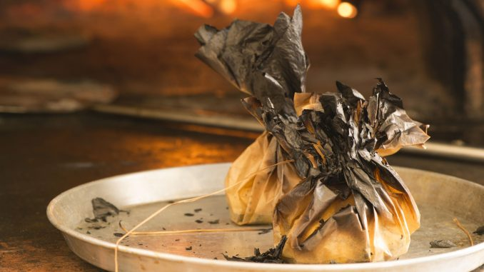 עוטפים את הקממבר בנייר האפייה מכל צדדיו ומכניסים לתנור למשך 5-8 דקות