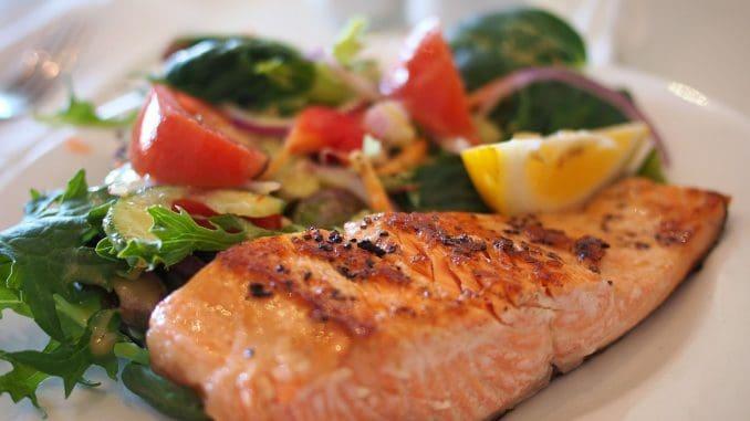 מנת דג כמו למשל דג סלמון וירקות מבושלים וחיים, ולגוון בצבעים של הירקות