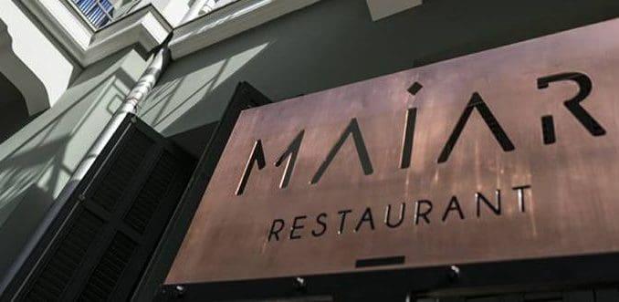 אי אפשר שלא להתפעל מהכניסה למסעדה דרך חצר תל אביבית-פריזאית מקסימה
