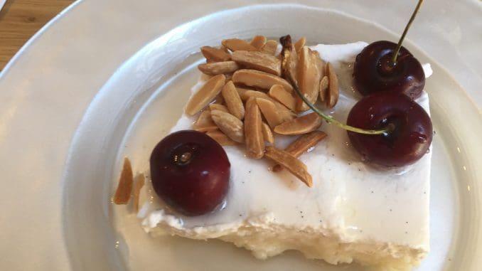 """""""לילות ביירות"""" – עוגת סולת עם קציפת שמנת"""