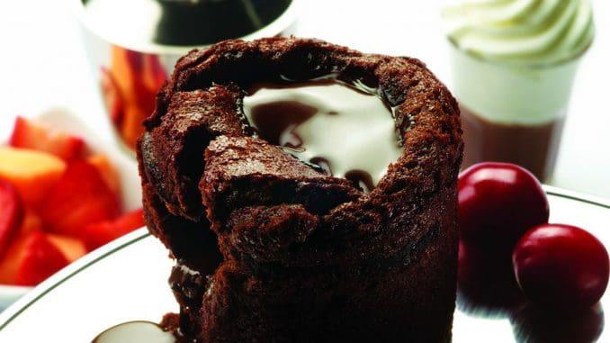 סופלה שוקולד ללא גלוטן מוגש עם גלידת קרם וניל בעבודת יד, שייקר שוקולד חם, ושוט שוקולד קר עם קצפת