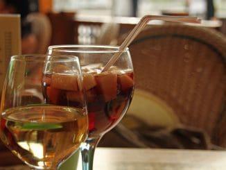 קוקטייל יין בטעמי פירות שמכיל 7% אלכוהול
