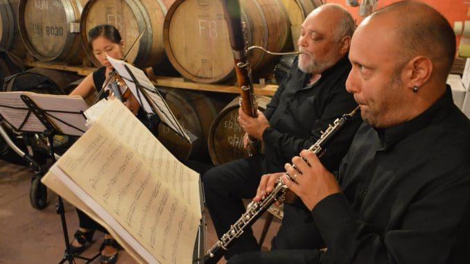 השיעור הראשון של זאב דוניה בייננות היה בכלל שיעור בביקורת מוזיקלית, שהעביר מבקר המוזיקה של הלוס אנג'לס טיימס. הצילום מקונצרט ביקב סוסון ים