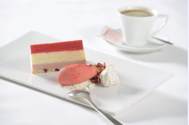לקינוח שוקולד לבן עם מוס פטל, קרמבל וסורבה פטל