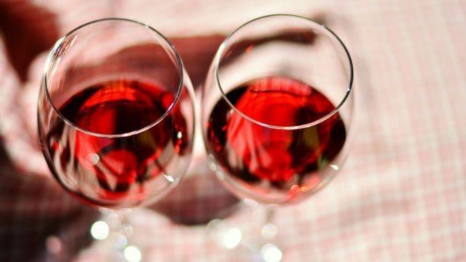 """תפריט היין של החצר, מרשים. תמצאו כאן מהעידית שביינות תמורת 32 ש""""ח לכוס"""