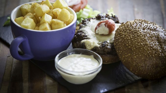 המבורגר טעים – בשר טוב, טחון נכון, עשוי במידה המבוקשת, והגבינה בלטה אך לא השתלטה