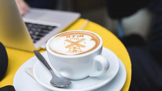 להפתיע ולחזק את חווית הקפה באמצעות הדפסת תמונות או כיתוב אישי