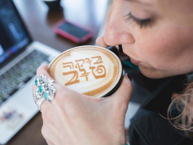 ניתן להדפיס על הקפה מתוך מאות עיצובים מוכנים מראש