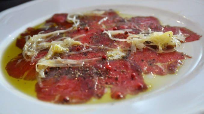 קרפצ'יו בקר עם פלפל אדום ושמן פיקואל של משק תירוש