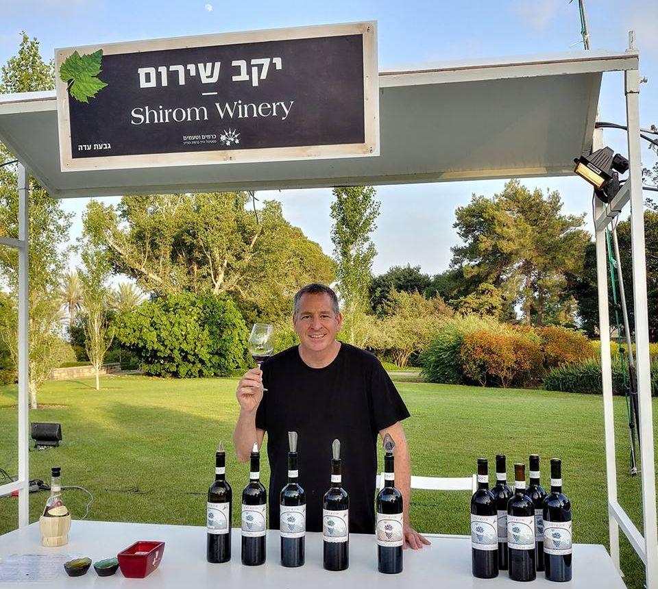 יקב קטן מגבעת עדה, הטעים את יינות המרלו שליאב מייצר מהשנים 2007, 2013 ו- 2015