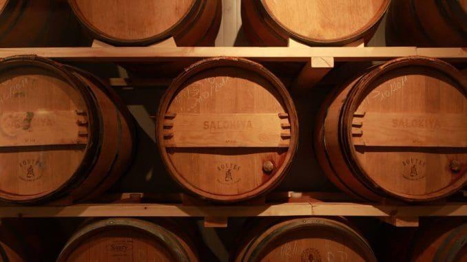 היקב ממוקם באזור התעשייה של קצרין ומייצר כ- 10,000 בקבוקים בשנה