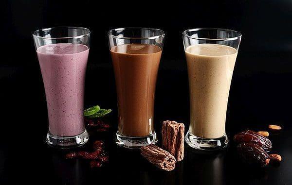 את שייק השוקולד מומלץ להגיש עם תלולית קצפת חלבית, סוכריות עוגיות וקשית