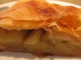 במרכז הריבוע מניחים מעט ממלית התפוחים, ומקפלים לצורת מעטפה