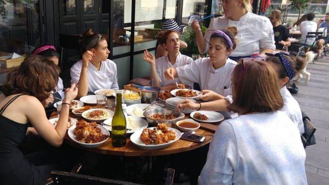 צוות מטבח נשי למהדרין בבר א וין של השף עינב אזגורי