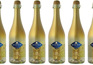 """יין מבעבע חצי יבש עם עלעלי זהב 22 קראט בבקבוק אישי של 200 מ""""ל"""