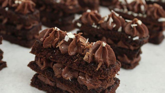 אם רוצים, יוצרים גילופי שוקולד חלב ולבן בעזרת קולפן, ומפזרים מעל חלקו העליון של כל קינוח