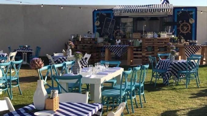 טברנה אקספרס מציעה חוויית אירוח שלמה בסגנון יווני, כשאת האוכל משלימה חוויה יוונית  הכוללת שולחנות מחופים במפות משובצות בכחול-לבן