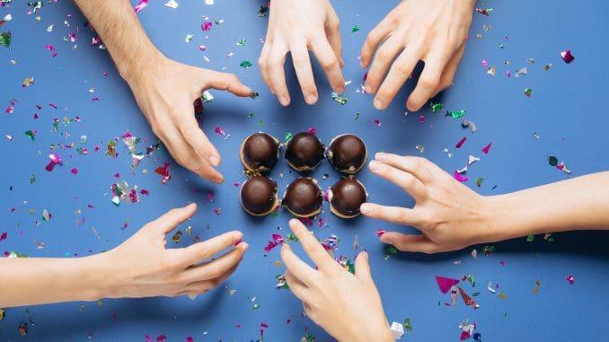 קרמבו כמאכל קבוצתי: מעין טבלת קרמבואים מחוברים בהשראת טבלת שוקולד, שניתן לאכול רק על ידי הפרדתם האחד מן השני